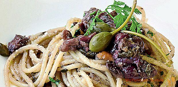 Spaghetti, Sardellen, Kapern, Oliven und aromatisches Brot *