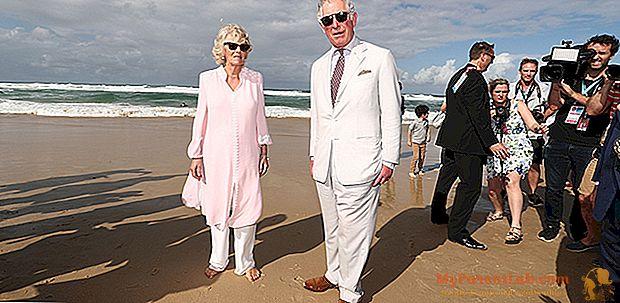 كارلو وكاميلا على الشاطئ في أستراليا: إنها حفاة ، وهو يرتدي بدلة وربطة عنق